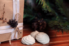 Fundo do Natal na madeira presente e marshmallows Imagem de Stock Royalty Free