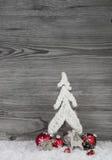 Fundo do Natal no branco, no cinza e no vermelho com árvore, rena Fotografia de Stock