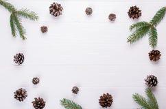 Fundo do Natal O quadro do Natal fez ramos de árvore do abeto, e elementos rústicos da decoração dos cones do pinho em trable bra fotografia de stock