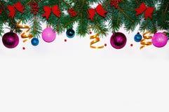 Fundo do Natal Quadro do Natal feito de ramos do abeto Brinquedos do ` s do ano novo Papéis de parede do Natal Vista lisa, superi Foto de Stock