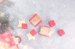Fundo do Natal: sacos de compras, caixas de presente e estrelas do ouro sob a neve Foto de Stock
