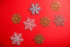 Fundo do Natal vermelho e do ano novo com flocos de neve Símbolo do feriado imagem de stock