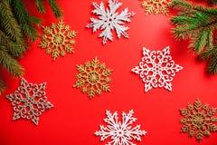Fundo do Natal vermelho e do ano novo com flocos de neve Símbolo do feriado fotos de stock royalty free