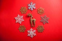 Fundo do Natal vermelho e do ano novo com os cervos no círculo dos flocos de neve fotos de stock royalty free
