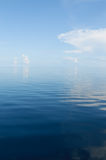 Fundo do oceano e do céu nebuloso azul Imagens de Stock Royalty Free