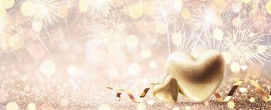 Fundo do ouro do dia de Valentim com fogos de artifício fotografia de stock