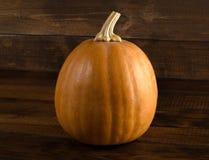 Fundo do outono com a abóbora na placa de madeira Fotografia de Stock Royalty Free