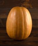 Fundo do outono com a abóbora na placa de madeira Imagens de Stock Royalty Free