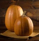 Fundo do outono com a abóbora na placa de madeira Foto de Stock Royalty Free