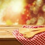 Fundo do outono com utensílio da cozinha imagens de stock royalty free