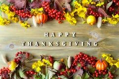 Fundo do outono do dia da ação de graças com com letras felizes da ação de graças, bagas sazonais do outono, abóboras, maçãs Fotografia de Stock
