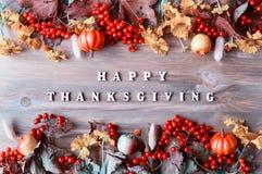 Fundo do outono do dia da ação de graças com com letras felizes da ação de graças, bagas sazonais do outono, abóboras, maçãs Imagens de Stock Royalty Free