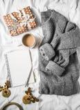 Fundo do planeamento do Natal - copo de café, bloco de notas limpo, caixa de presente, camiseta feita malha cinzenta acolhedor na fotografia de stock