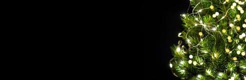 Fundo do preto da festão da luz da decoração da árvore de Natal imagem de stock royalty free