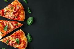 Fundo do preto da pizza do mozarella do salame de três fatias Vista superior f fotos de stock royalty free