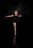 Fundo do preto do bailado de água da dança da menina Foto de Stock