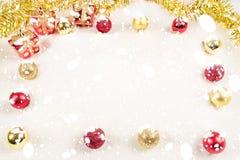 Fundo do quadro da neve e presentes e de ` s do ano novo dia Imagem de Stock
