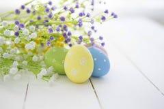Fundo do quadro dos ovos da páscoa e das flores Imagens de Stock Royalty Free