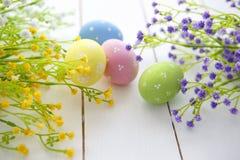 Fundo do quadro dos ovos da páscoa e das flores Fotografia de Stock Royalty Free