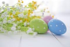 Fundo do quadro dos ovos da páscoa e das flores Imagem de Stock