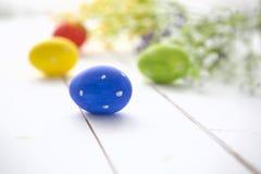 Fundo do quadro dos ovos da páscoa e das flores Imagem de Stock Royalty Free