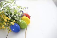 Fundo do quadro dos ovos da páscoa e das flores Fotos de Stock Royalty Free