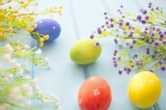 Fundo do quadro dos ovos da páscoa e das flores Foto de Stock Royalty Free