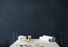 Fundo do quadro-negro com tabela dos arquitetos Fotografia de Stock Royalty Free