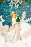 Fundo do ` s do ano novo em um fundo de um brinquedo da donzela da neve da árvore do ano novo Fotografia de Stock Royalty Free
