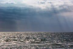 Fundo do seascape das nuvens de tempestade Céu escuro nublado da paisagem do mar Imagens de Stock Royalty Free