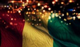 Fundo do sumário de Bokeh da noite da luz da bandeira nacional da Guiné Foto de Stock