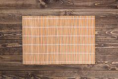 Fundo do sushi guardanapo de bambu em de madeira Fotografia de Stock Royalty Free