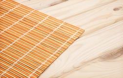 Fundo do sushi guardanapo de bambu no fundo de madeira Imagem de Stock
