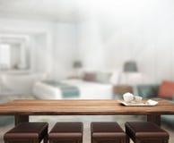 Fundo do tampo da mesa e do borrão no quarto Fotos de Stock Royalty Free