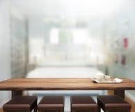 Fundo do tampo da mesa e do borrão no quarto Foto de Stock