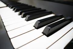 Fundo do teclado de piano com foco seletivo Cor normal imagem tonificada foto de stock