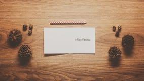 Fundo do tema do Natal, cones do pinho e cartão de Natal mágicos Imagens de Stock Royalty Free