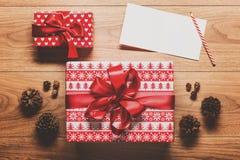 Fundo do tema do Natal, presente, cones do pinho e cartão de Natal mágicos Fotografia de Stock Royalty Free