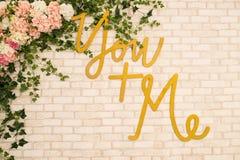 """Fundo do tijolo com o  do """"You + do me†da inscrição e muitas flores Fotos de Stock Royalty Free"""
