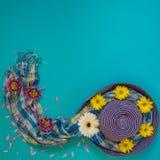 Fundo do verão - chapéu azul da praia decorado com o branco, amarelo fotos de stock