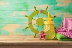 Fundo do verão com artigos da praia Fotografia de Stock Royalty Free
