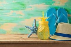 Fundo do verão com bebida de refrescamento Fotografia de Stock Royalty Free