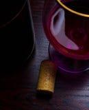 Fundo do vermelho do movimento da garrafa do bujão do vinho da gota Fotografia de Stock Royalty Free