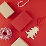 Fundo do vermelho dos presentes de ano novo ou de Natal Fotos de Stock Royalty Free