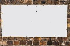 Fundo do vintage com o sinal rústico vazio do metal branco parafusado Imagem de Stock