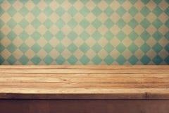 Fundo do vintage com a tabela de madeira da plataforma sobre o papel de parede retro Fotos de Stock Royalty Free