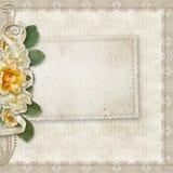 fundo do vintage com um cartão e as rosas Foto de Stock