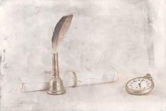 Fundo do vintage do relógio do pacote da letra da pena de pássaro Imagens de Stock Royalty Free