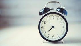 Fundo do vintage do lapso de tempo com o despertador retro na tabela vídeos de arquivo