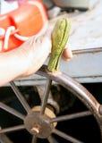 Fundo do volante do navio de madeira e de bronze do vintage com uma rosa do vento fotografia de stock royalty free